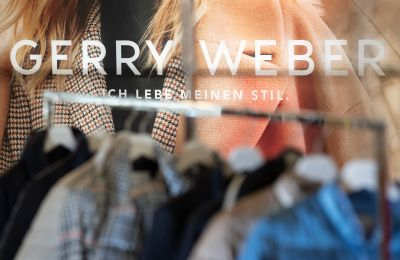 Download von www.picturedesk.com am 03.01.2020 (12:53).  09 August 2019, North Rhine-Westphalia, Halle: Clothing of the German fashion company Gerry Weber hangs on hangers on a clothes rack. Photo: Friso Gentsch/dpa - 20190809_PD1787