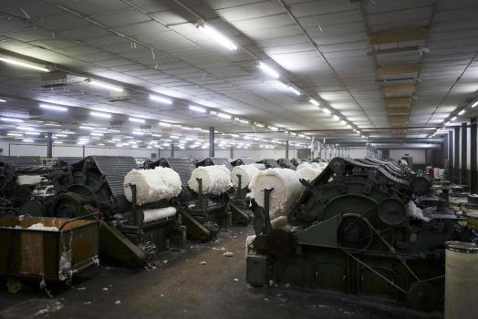 Download von www.picturedesk.com am 27.03.2020 (09:58). (FILES) This file photo taken on December 12, 2018 shows industrial machinery used to produce the first reels made of raw cotton at the Malian Textile Company (COMATEX) factory in Segou. - For five months straight the farm hands in the Malian village of Siby walk out together to the cotton fields, a clean sack in hand, for a long day of the meticulous work of picking the crop. In this field not far from the border with Guinea, several teams are out from daybreak to sunset, the first link in a global production chain that takes the cotton from the plantation to consumers. The role of the state in supporting the cotton industry is already considerable, particularly via the state-owned Malian Textile Development Company (CMDT), which buys cotton from farmers. (Photo by MICHELE CATTANI / AFP) - 20181212_PD17367 - Rechteinfo: Nur für redaktionelle Nutzung! - Editorial Use Only! Werbliche Nutzung nur nach Freigabe!
