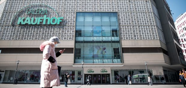 "Download von www.picturedesk.com am 02.04.2020 (11:30). 01 April 2020, North Rhine-Westphalia, Essen: A woman wearing a mask walks past the entrance to the branch of the Kaufhof department store chain in Essen. The department store chain Galeria Karstadt Kaufhof has stopped rent payments for all department stores, sports stores, travel agencies and logistics properties. In a letter to the landlords, the company wrote that the closure of the stores ordered by the government due to the Corona pandemic left the company ""no other choice"". Photo: Fabian Strauch/dpa - 20200401_PD2737"