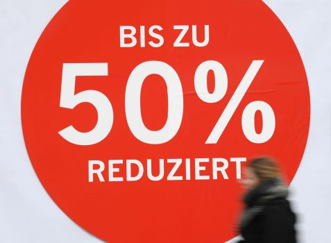 "Download von www.picturedesk.com am 06.04.2020 (16:53).  23 January 2020, Hessen, Frankfurt/Main: The shop window of a fashion store on Frankfurt's Zeil shopping mile has a placard saying ""Reduced by up to 50%"". Photo: Arne Dedert/dpa - 20200123_PD6173"