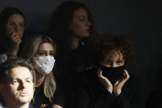 Download von www.picturedesk.com am 09.03.2020 (10:38).  Spectators, some of them wearing sanitary masks, follow the Dolce & Gabbana women's Fall Winter 2020-21 show, in Milan, Italy, Sunday, Feb. 23, 2020. After Giorgio Armani's last-minute decision to show his latest collection in an empty theater due to concerns about the new virus, the rest of Milan's runway shows scheduled for Sunday are to go ahead as planned, fashion officials confirmed. (AP Photo/Antonio Calanni) - 20200223_PD6418