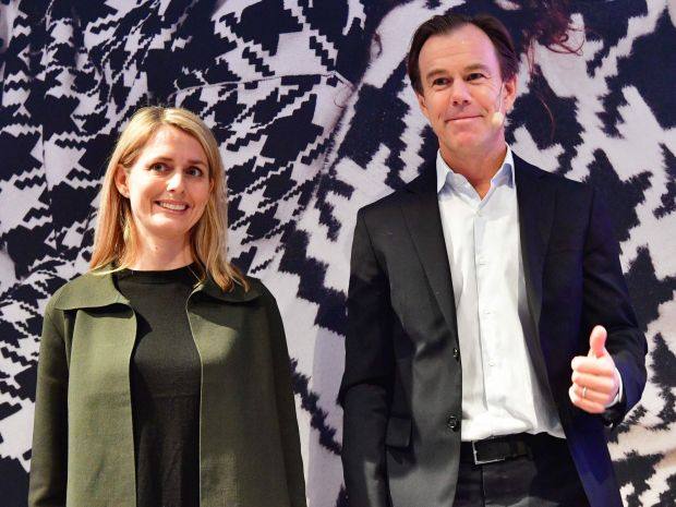 Download von www.picturedesk.com am 30.01.2020 (12:01). Karl-Johan Persson (R), current CEO of Swedish clothing retail giant Hennes and Mauritz (H&M), and the company's designated CEO Helena Helmersson pose as they arrive for a press conference at the company's headquaters in Stockholm, January 30, 2020. (Photo by Jonas EKSTROMER / TT News Agency / AFP) / Sweden OUT - 20200130_PD2688 - Rechteinfo: Nur für redaktionelle Nutzung! - Editorial Use Only! Werbliche Nutzung nur nach Freigabe!