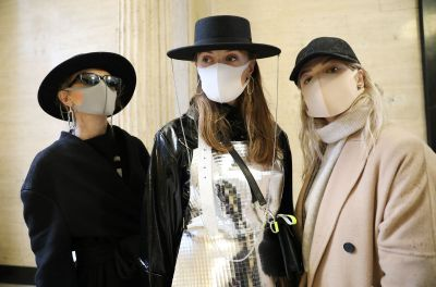 Download von www.picturedesk.com am 18.02.2020 (10:47).  Gerda Liudvinaviciute, Ingrida Jasinske, and Ruta Petrauskaite, from Lithuania, wear a face mask and kARTu clothing during the Fashion Scout as part of the London Fashion Week February 2020 show at Victoria House, Bloomsbury, London. - 20200215_PD5611