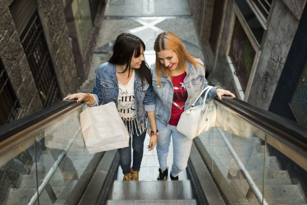 Download von www.picturedesk.com am 25.08.2016 (11:12). Spain, Jaen, two young women on shopping tour - 20151013_PD19310