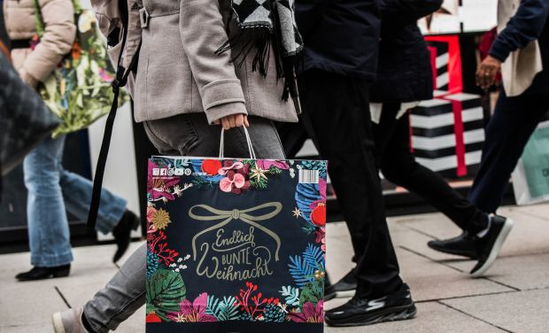 Download von www.picturedesk.com am 22.11.2019 (13:54). 19 December 2018, Hessen, Frankfurt/Main: A woman is carrying a bag with a Christmas motif on the main shopping street of the Main metropolis. The Zeil is one of the best-known shopping streets in Germany with the highest turnover. Photo: Andreas Arnold/dpa - 20181219_PD3718