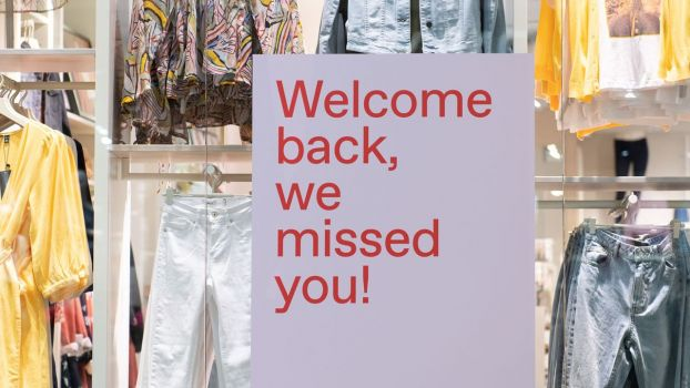 "Download von www.picturedesk.com am 12.05.2020 (10:29).  06 May 2020, Saxony, Dresden: A sign saying ""Welcome back, we missed you"" hangs in the window of a fashion store in the Altmarkt-Galerie shopping centre. In the Free State, shopping centres have been allowed to open again since 05.05.2020. Photo: Sebastian Kahnert/dpa-Zentralbild/dpa - 20200506_PD2890"